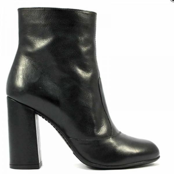 Carmens Padova 38217 Tronchetto in pelle nera con zip laterale.