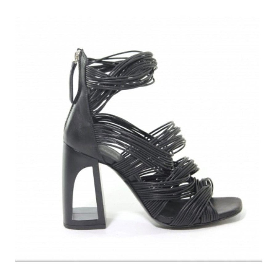 Vic Matiè sandalo pelle su tacco mignon intrecciati pelle nero ... 969af36ccb8